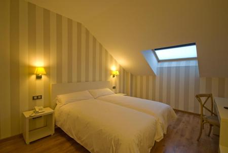 Presentaci n hotel pago del olivo simancas valladolid bookingfax - Habitaciones abuhardilladas ...